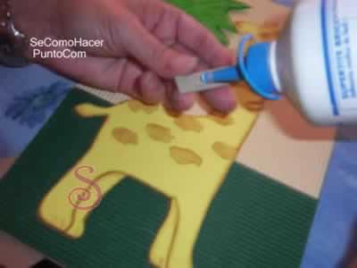 hemos utilizado cartón corrugado (ondulado) de colores, de venta en